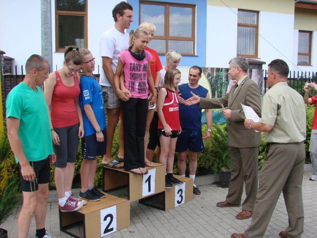 - 27.przedstawiciele_nadlesnictwa_bogdaniec(p._pietkun_i_w._jedynak)wreczaja_nagrody_zwyciezcom_biegu_rodzinnego.jpg